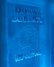 Een mobiele beursstand compleet met ijssculpturen